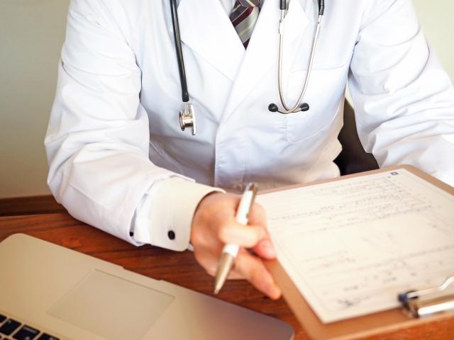 痛風発作による激痛が起こり、ほうきを杖代わりにして病院へ